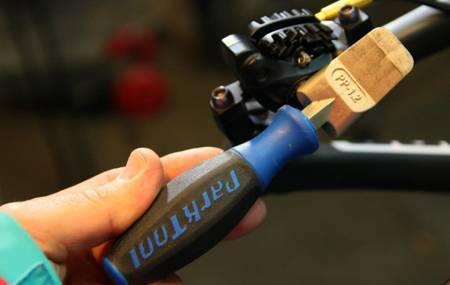 Herramienta para abrir los pistones de los frenos hidraulicos